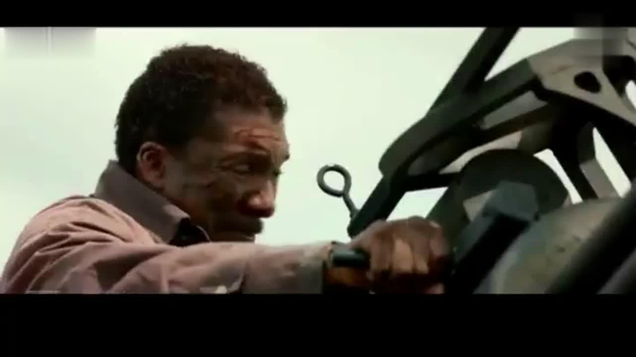 美国最新恐怖片,黑人操纵加特林机炮对付食人族,悲剧的是卡壳了