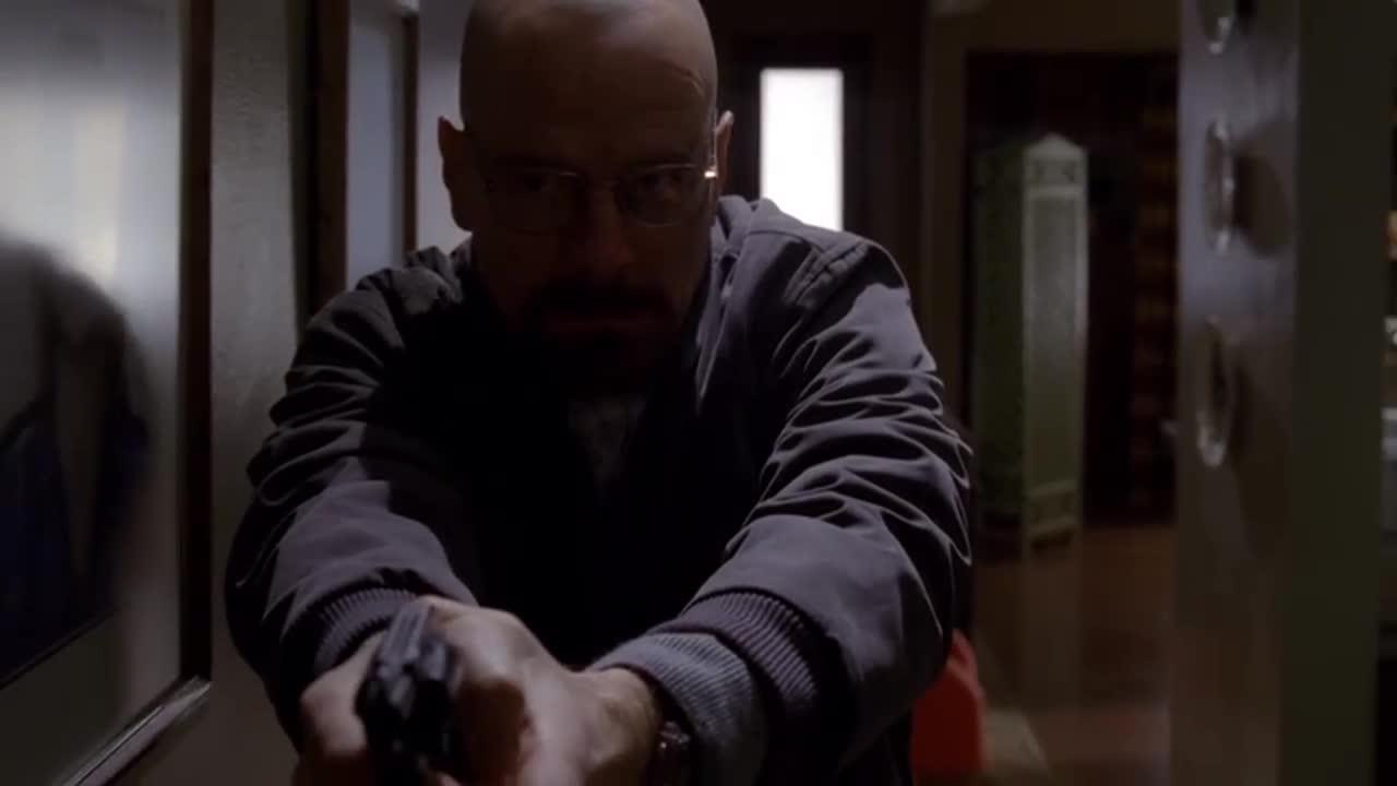 老白怀疑杰西藏在家里,拿枪搜查发现不在,虚惊一场