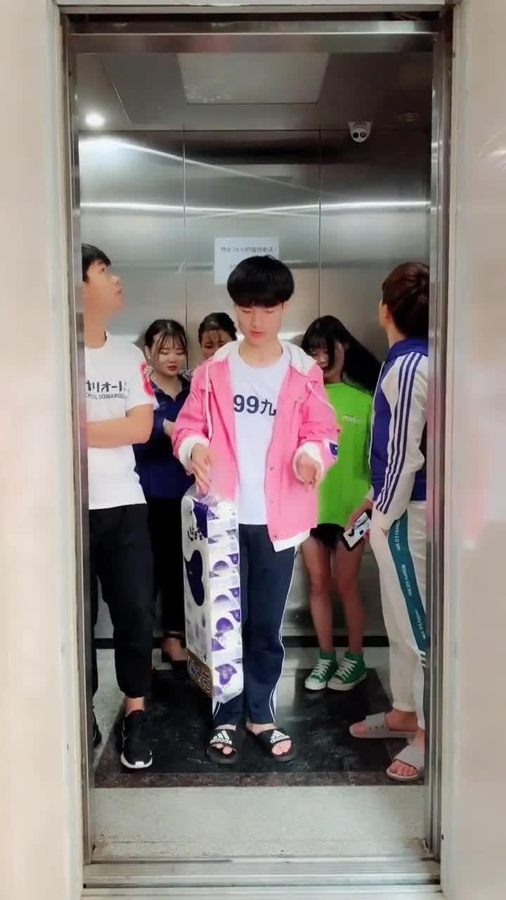 """#我的少女心#搞笑帅哥坐电梯之""""超重"""",用这个套路,结果所有人都下去了"""