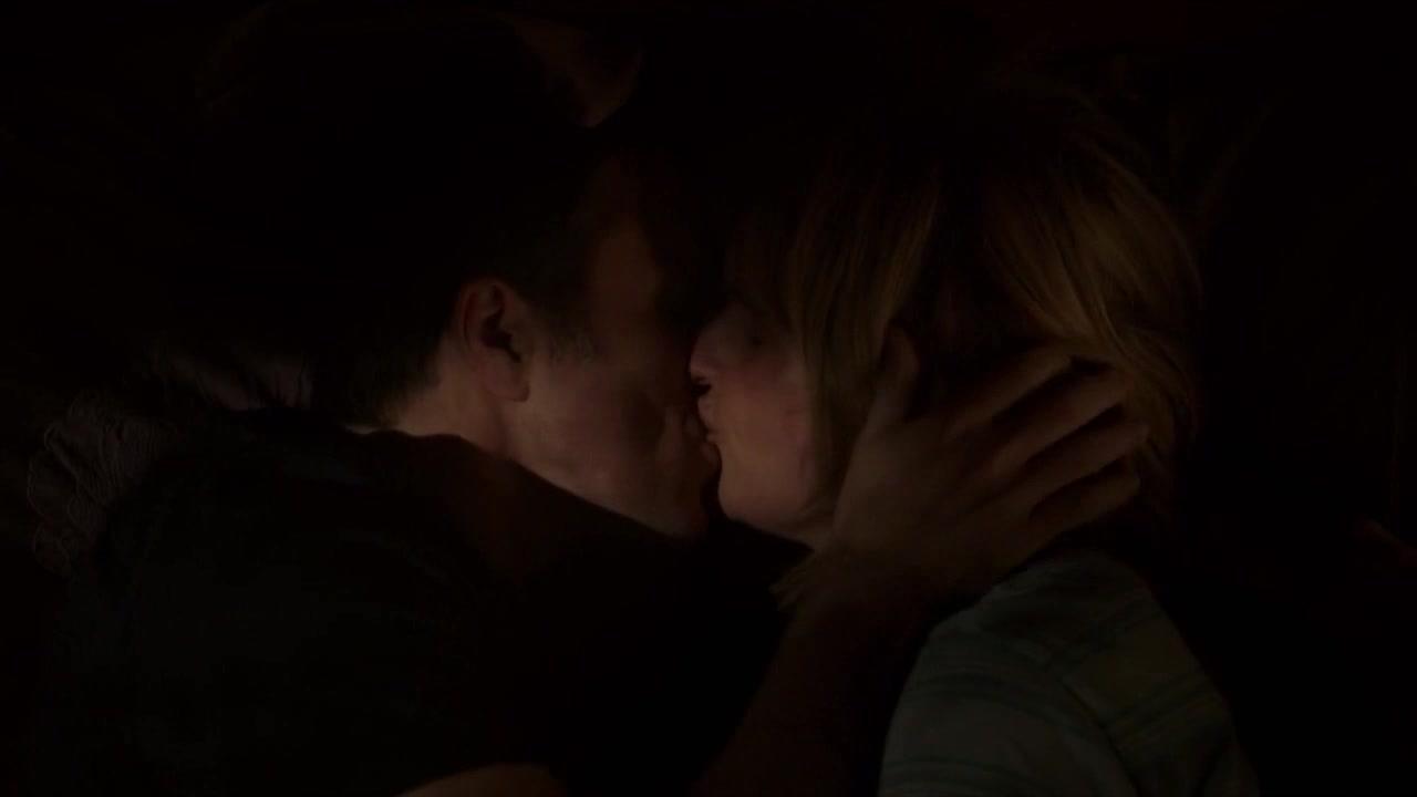 心事重重的男子,为感谢他的妻子拥吻了她,好感动