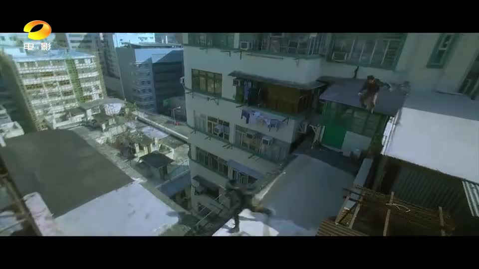 """#经典看电影#警匪屋顶展开""""猫鼠游戏"""",从5楼跳下毫发无损惊呆路人"""