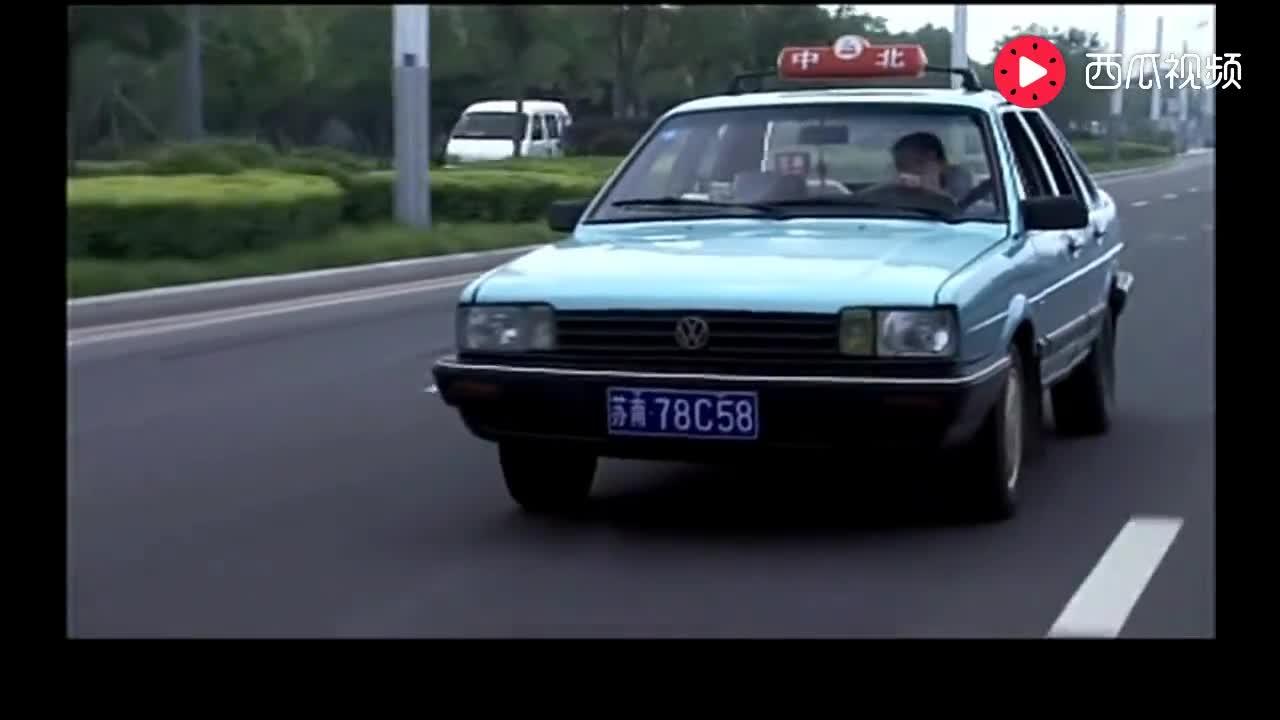女出租车司机当着交警的面,居然做出这样的事情