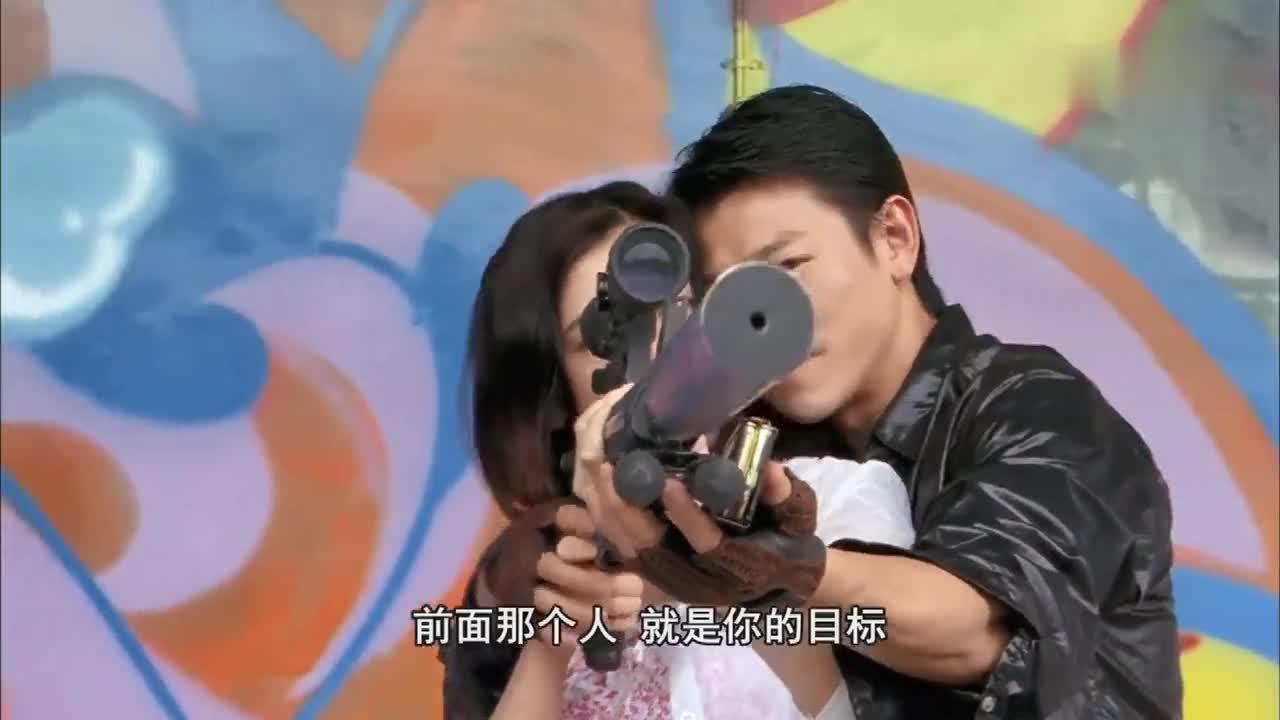 杀手正在教自己的女朋友用枪,竟然骗她说里面没子弹!