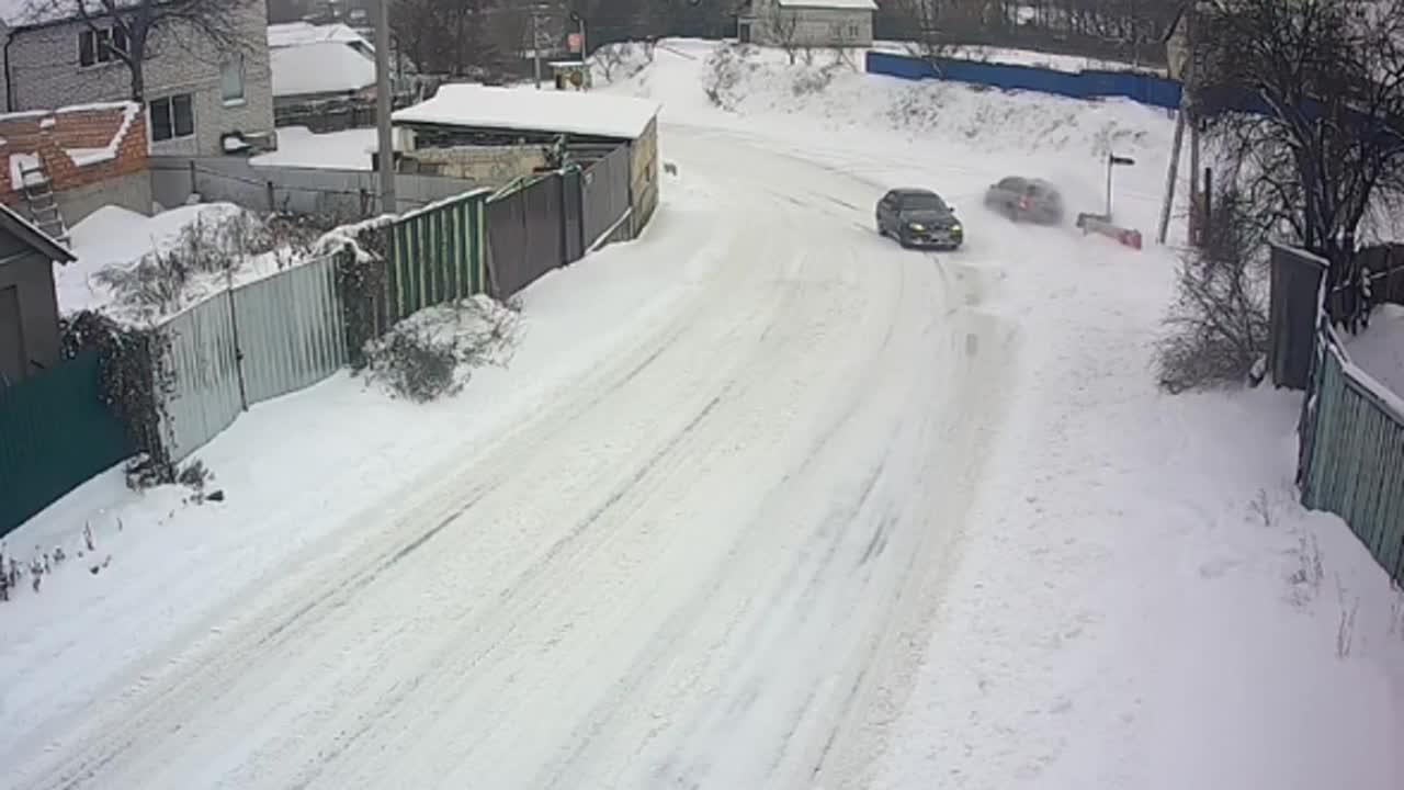 这就是冰雪路面可怕之处,刹车根本没用!惊险一幕发生了