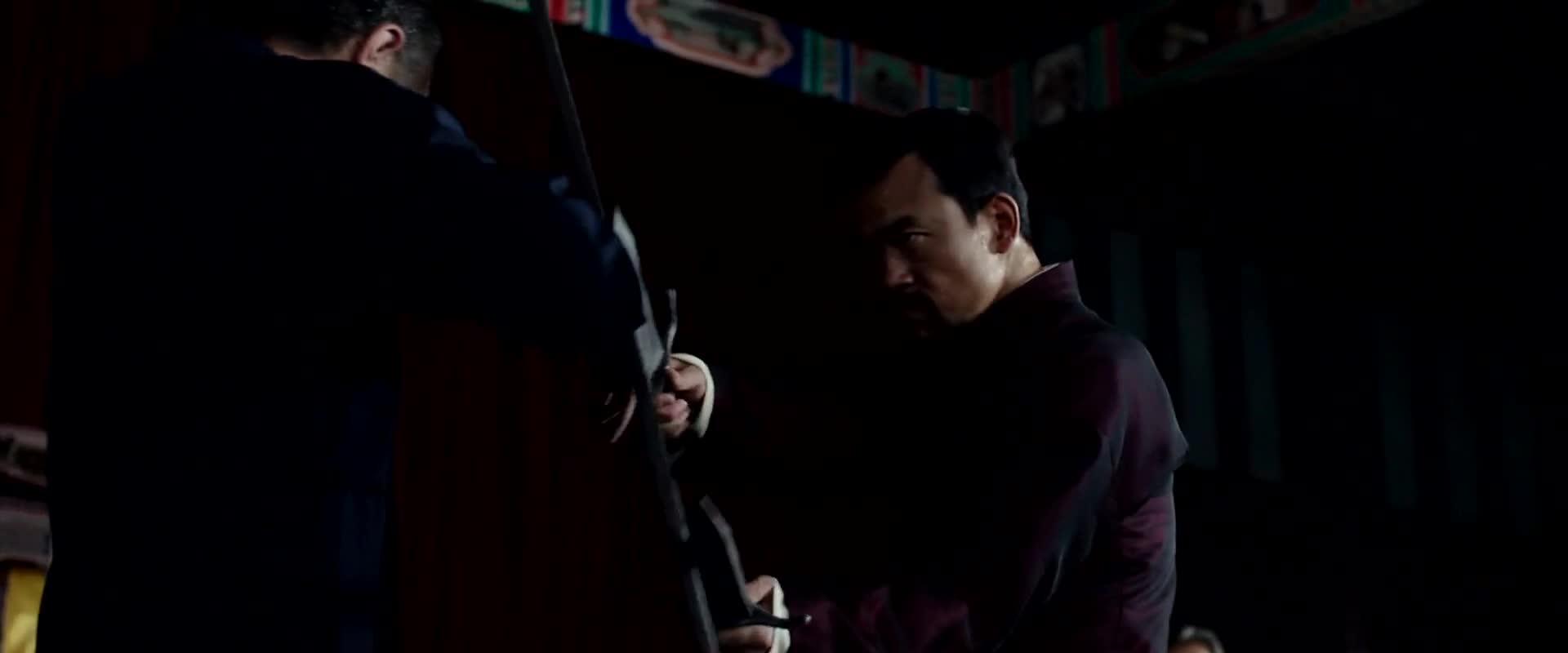 三把铡刀打男子短刀,胜之不武啊,直接把男子挟持了