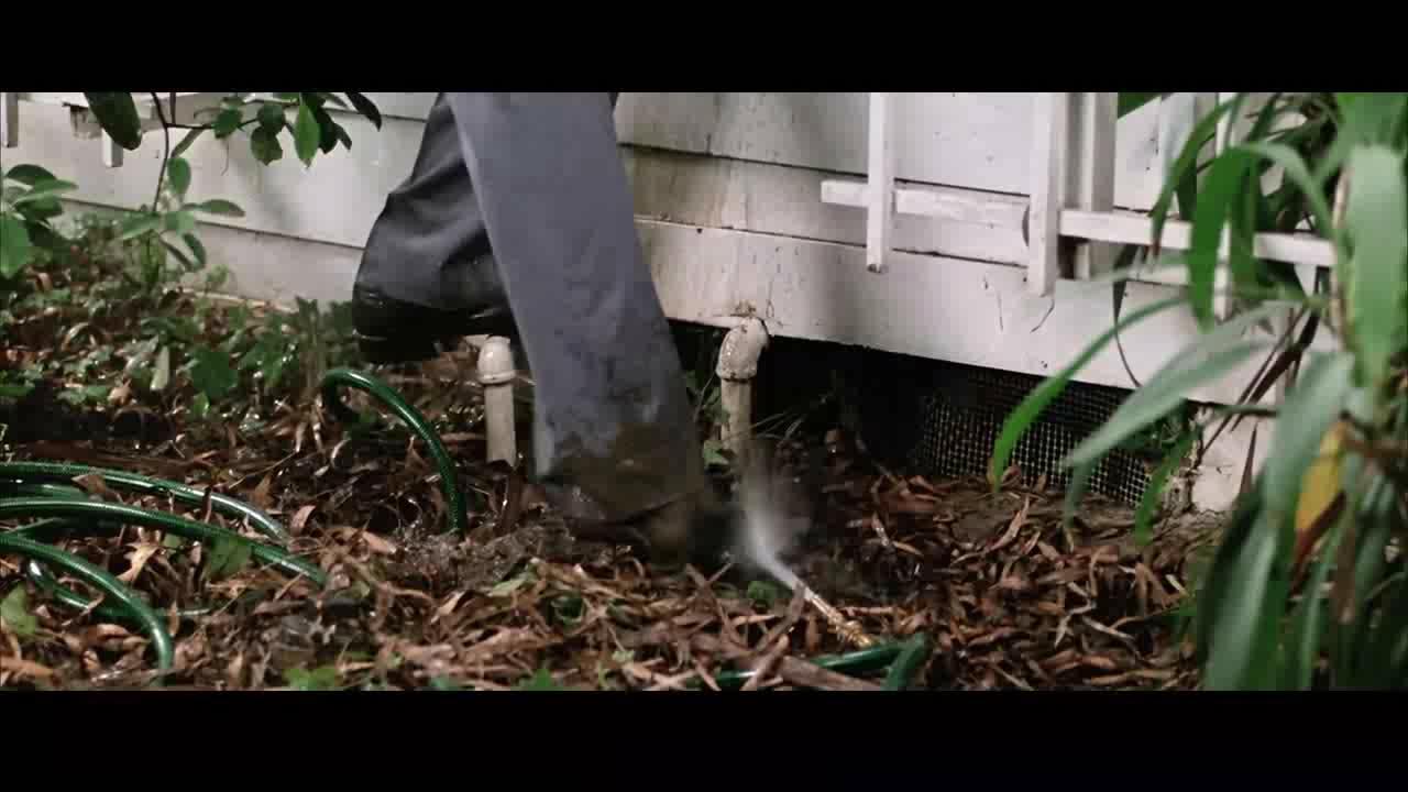 男子从泥坑中掏出自己的皮鞋