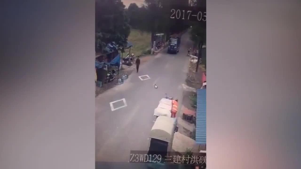#车祸#电动车突然摔倒,大货车司机哭了