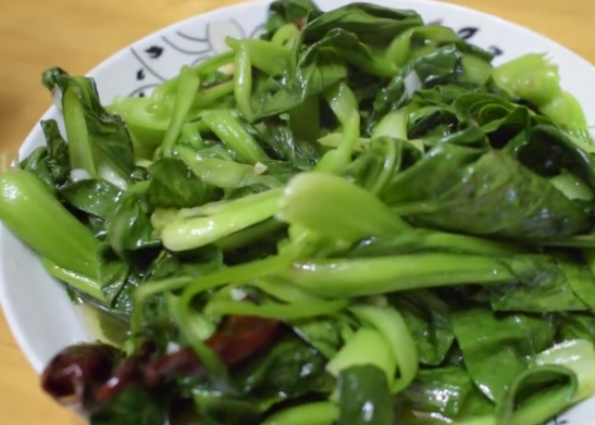 纯人工种植的蔬菜,摘回家清炒,炒出来的颜色都不一样,味道巴适