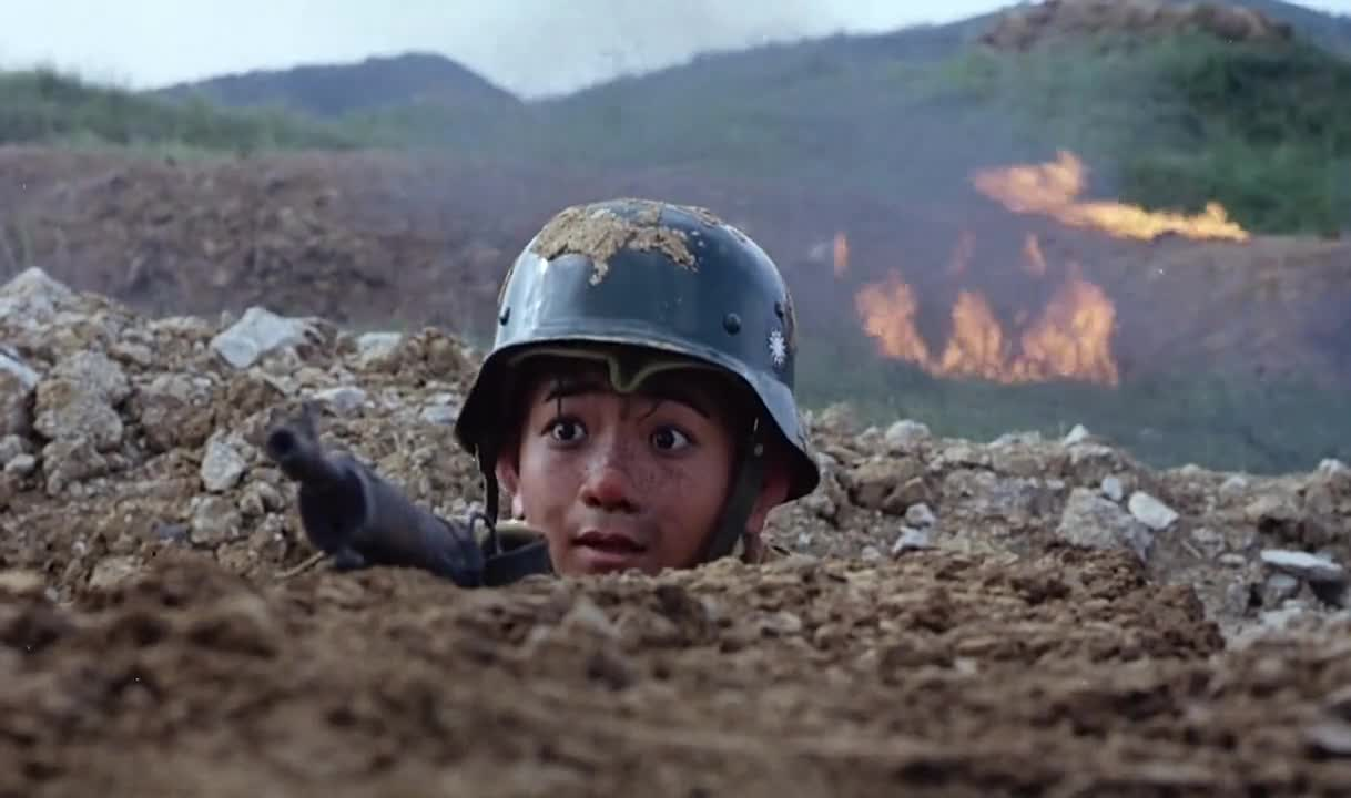 三毛刚刚露面,迎面就被子弹穿透了头盔,幸亏有头盔保护