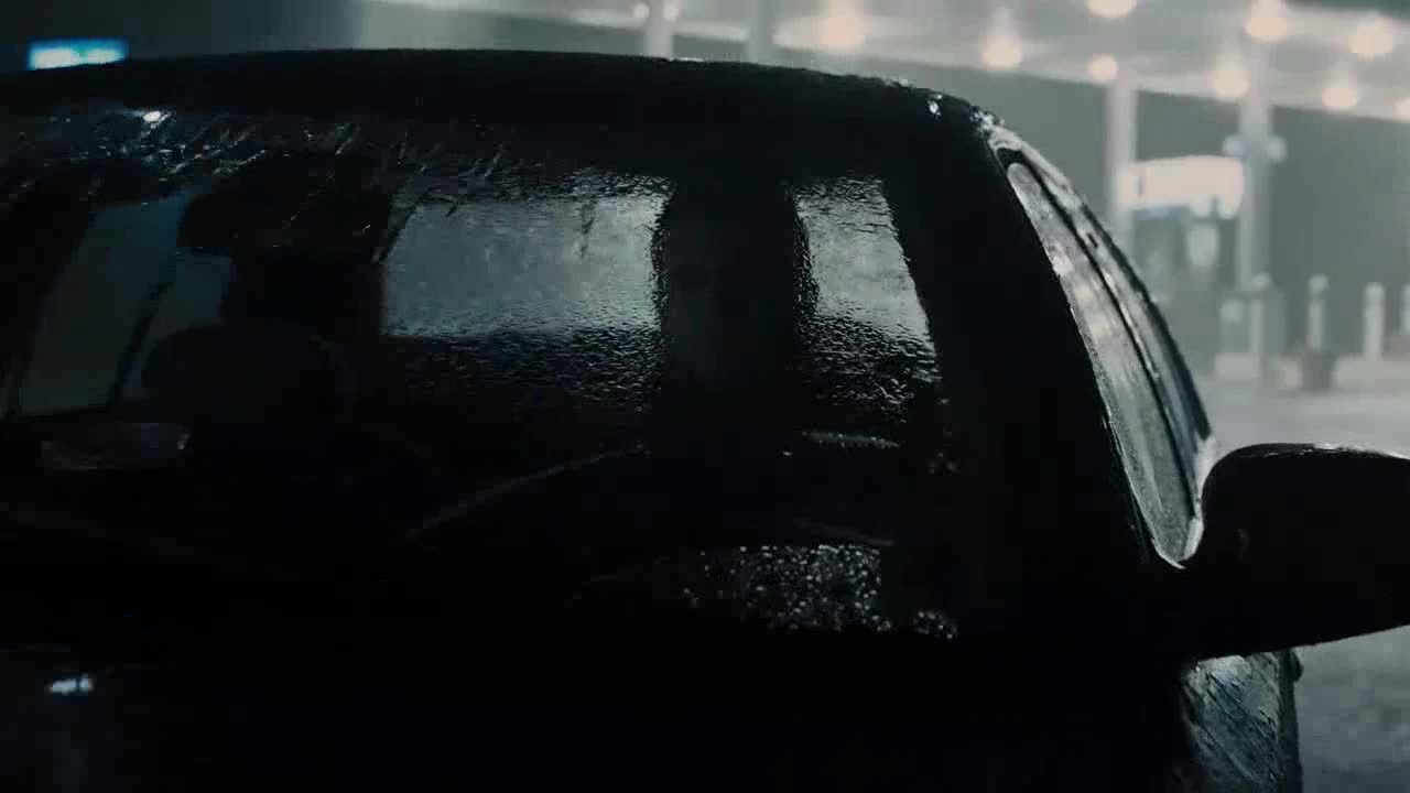 小伙在车里休息,却发现车后有这个东西,吓得就跑