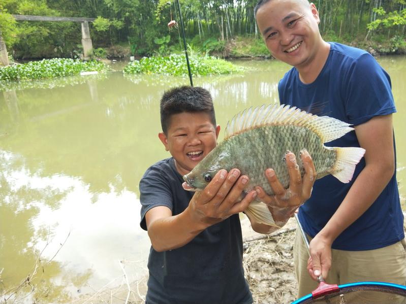 小六河边野钓海杆都用上,饵料也是这么特殊,结局太激动人心了
