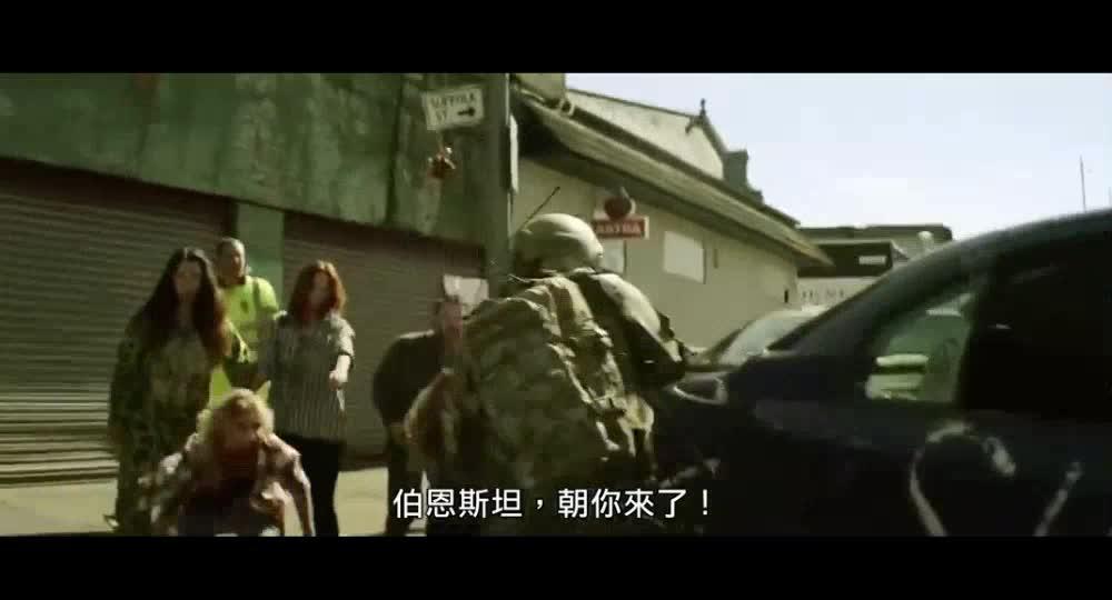 士兵被感染者包围,匆忙撤离现场