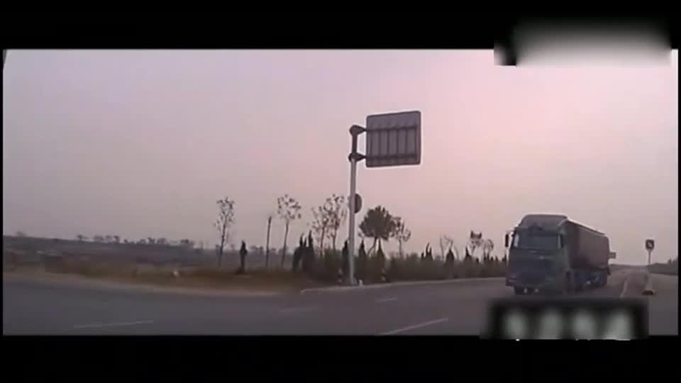 #车祸#明明可以逃脱死神,他却选择撞了上去,监控拍下恐怖的一幕