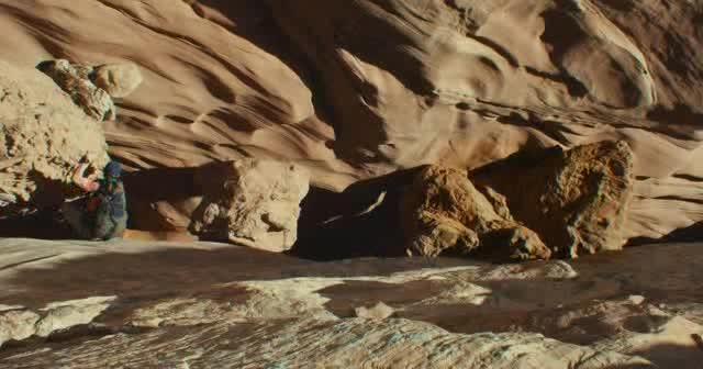 #经典看电影#127小时:探险峡谷时:右臂被大石头卡死,他还有的救吗?