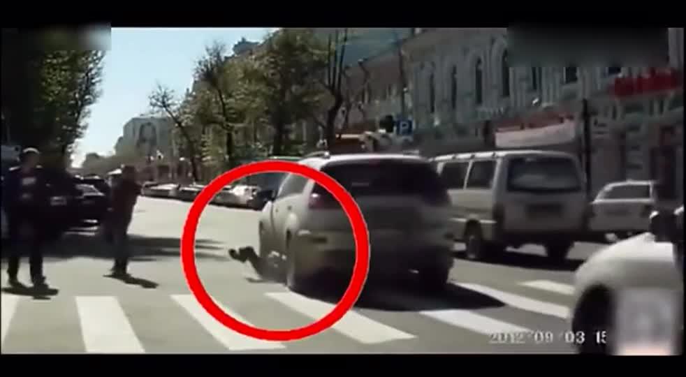 #车祸#男子人行道上碰瓷,结果被女司机来回碾压2遍,看着都疼