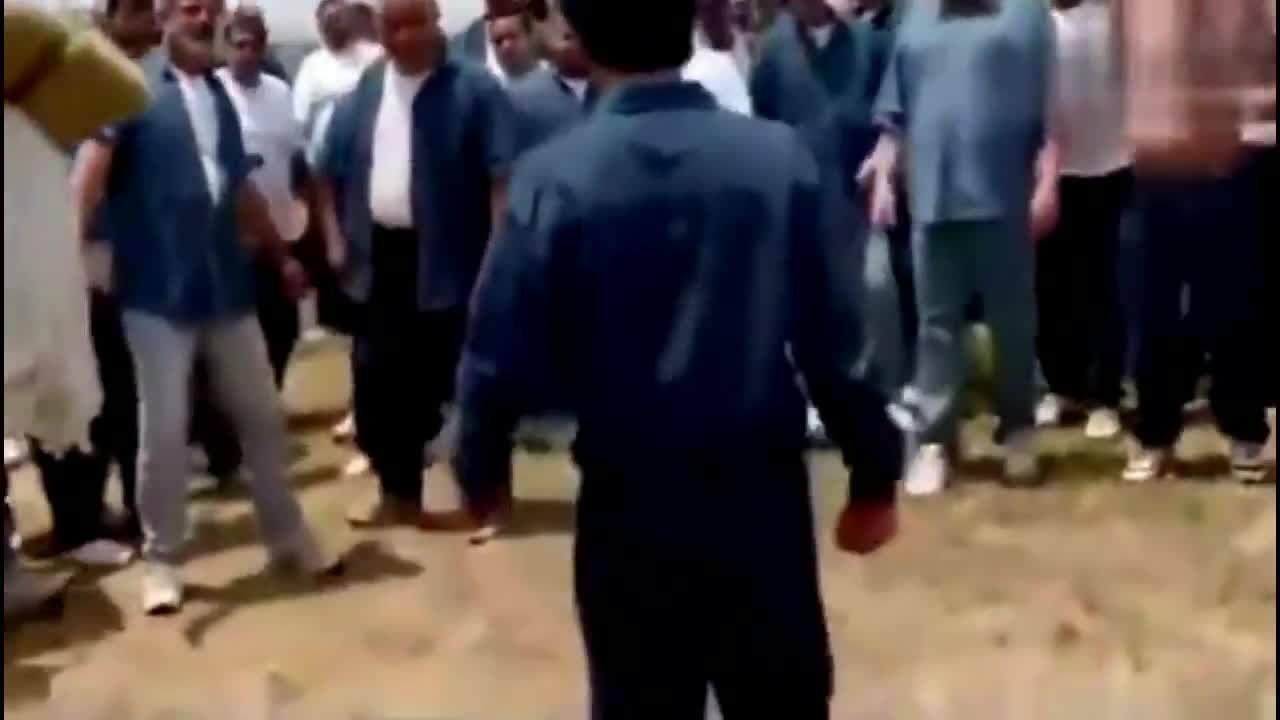 #经典看电影#监狱黑帮团伙想要围殴小伙,没想到一动手黑帮老大就后悔了