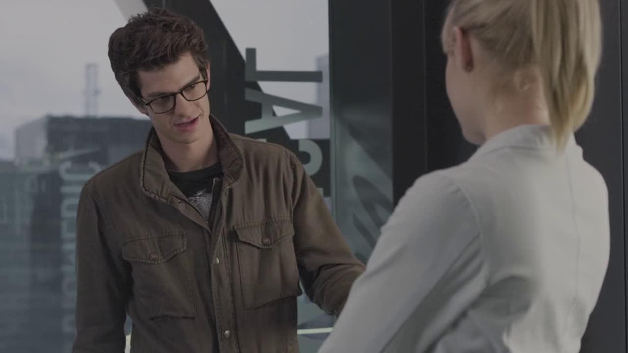 #电影片段#白衣女神拿走了彼得工作证,彼得不小心被蜘蛛咬了,惨叫一声