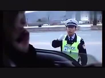 美女戏弄交警,笑死了......