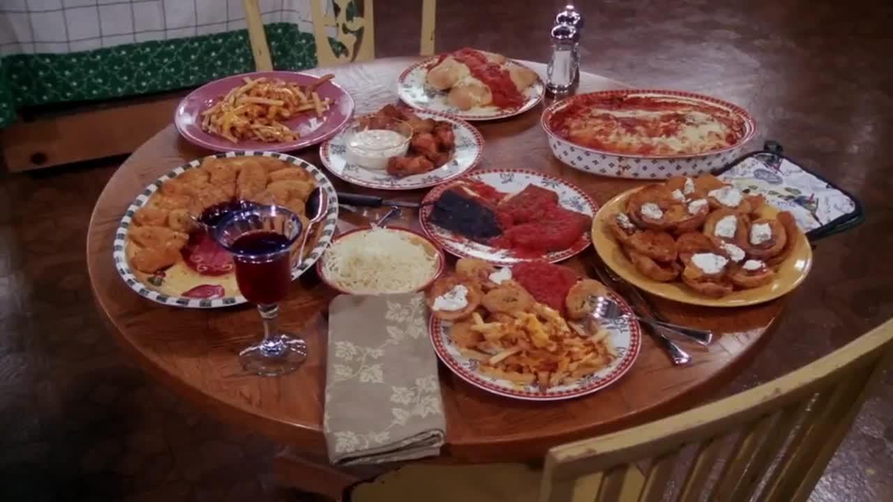 女子准备了一顿大餐,一个胖男人出来,很是享受这些佳肴