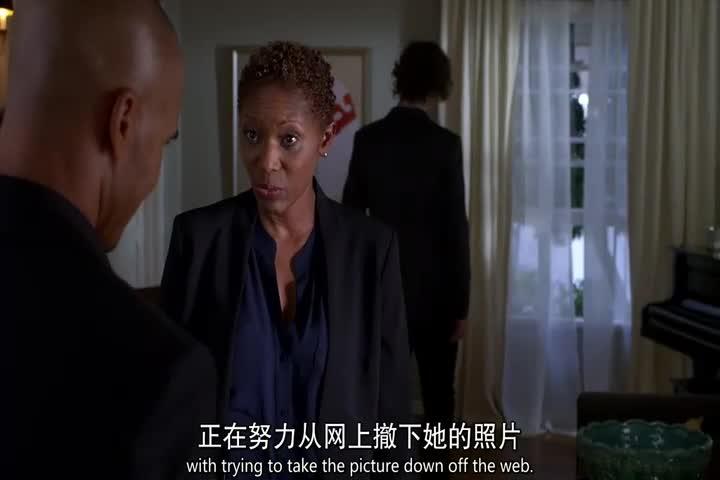 警探到达女子案发现场,当即确定案情,凶手从窗户入室!