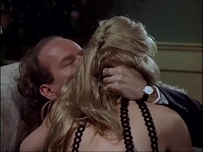 男子和女子在沙发上,激烈的亲吻拥抱,最后两人做出这种事