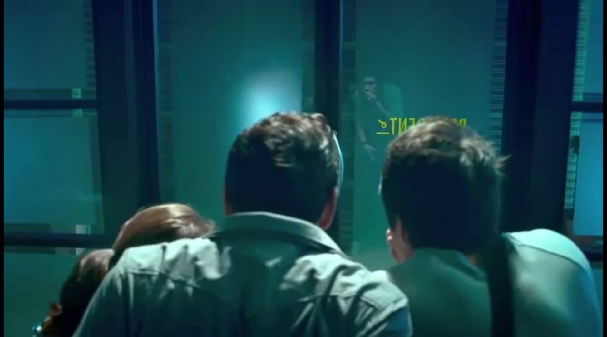 已死男子突然诈尸,此时突然停电,众人惊慌惹而逃