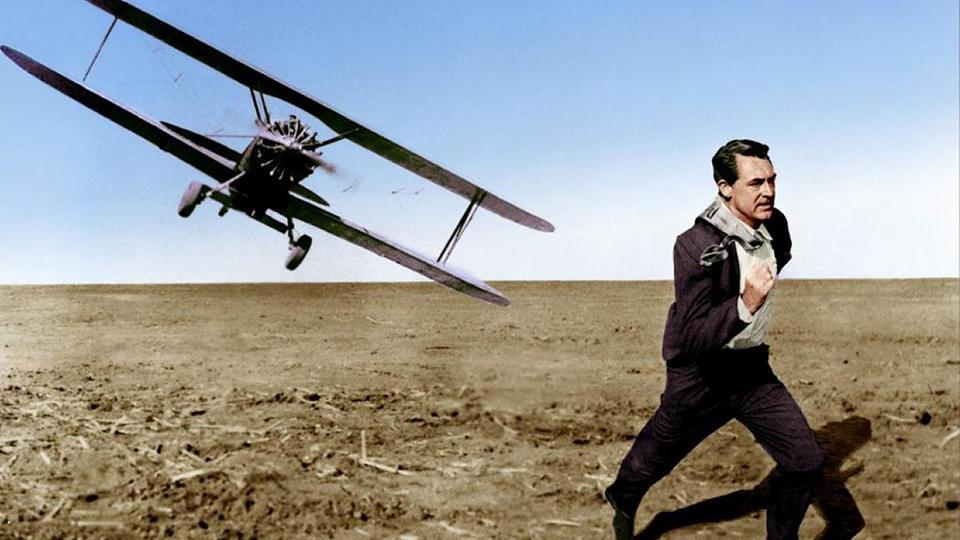 #悬疑电影#小伙被敌方追杀,荒郊野外和飞机赛跑,成功脱逃还炸了飞机?