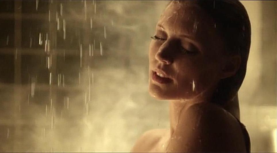 #惊悚看电影#美女在洗澡时,窗外一个类似德州电锯杀人狂的变态正在向她逼近