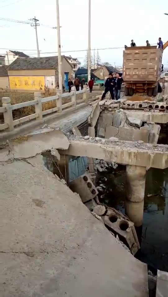 这就是过河拆桥吧,刚过去桥塌了,原来是预制板做的,怪不得!