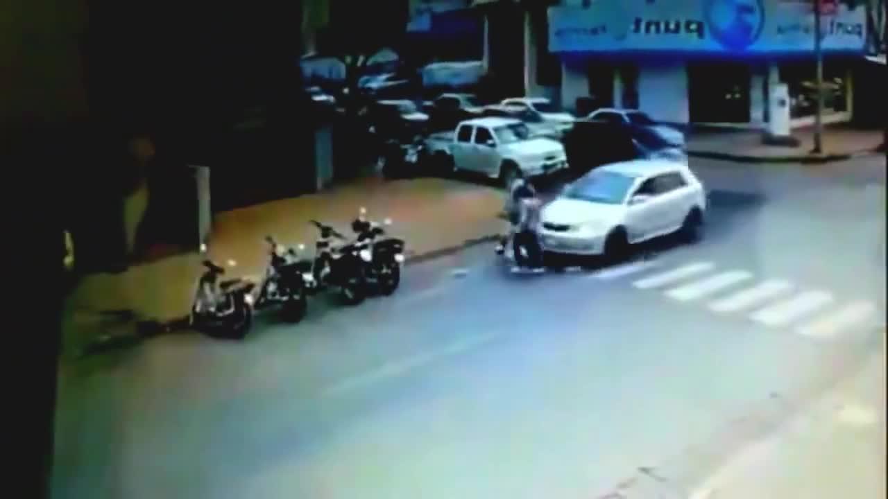 #车祸#轿车女司机转弯刹车踩成油门直接撞倒两女孩结果悲剧发生了