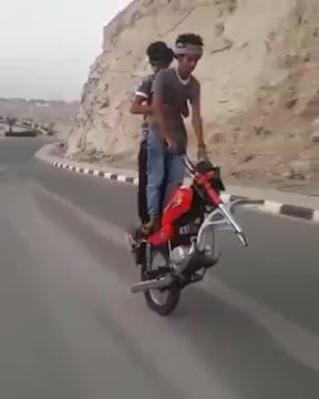 你见过没有前轮的摩托车,也能骑,高手在民间啊!