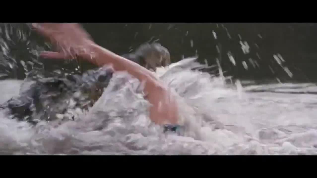一部风靡全球的喜剧大片,凶猛的鳄鱼想吃落水的金凯瑞,悲剧了