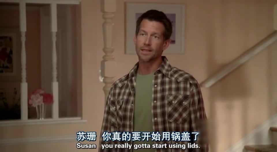 男子刚进门,就发现女子在刷房顶,但是女子居然这样回答他