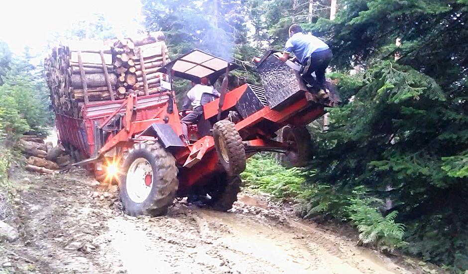 惊险翘头拖拉机,配重是没用的,超载太严重了
