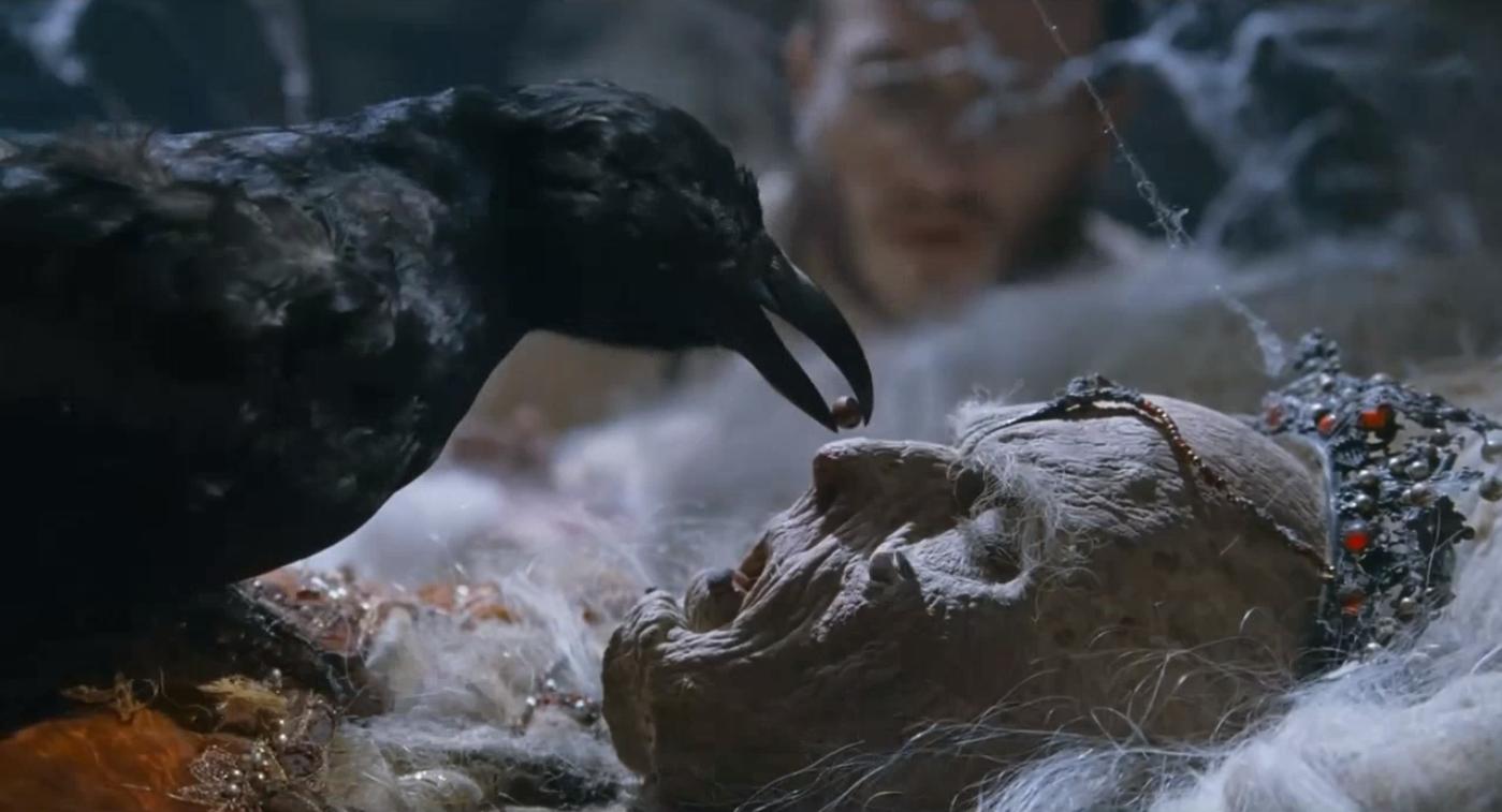 奇幻惊悚,乌鸦喂了个药丸给一具尸体,尸体动了,把男子吓到了!