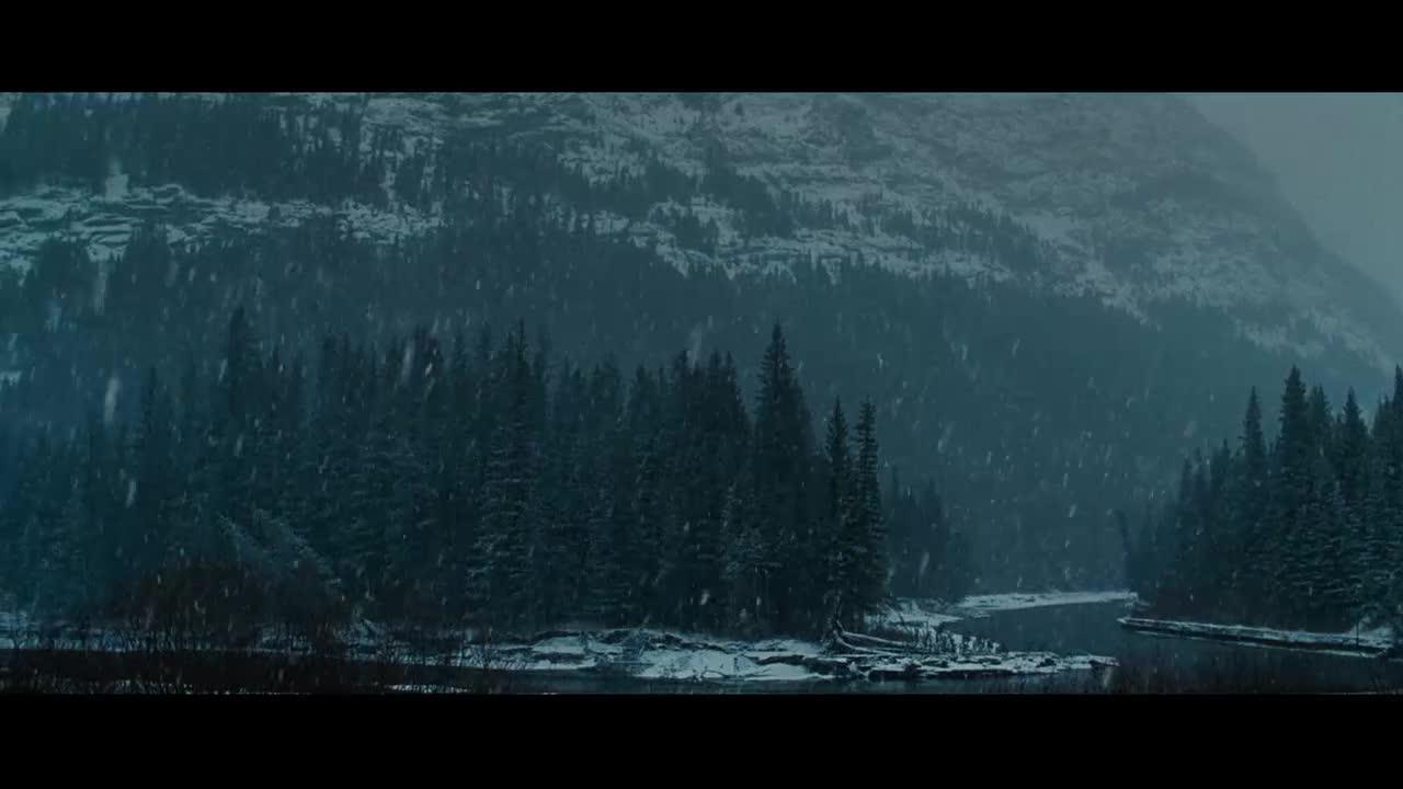 男子在深林寻找药丸,没想到在雪地里找到了,这下安心了