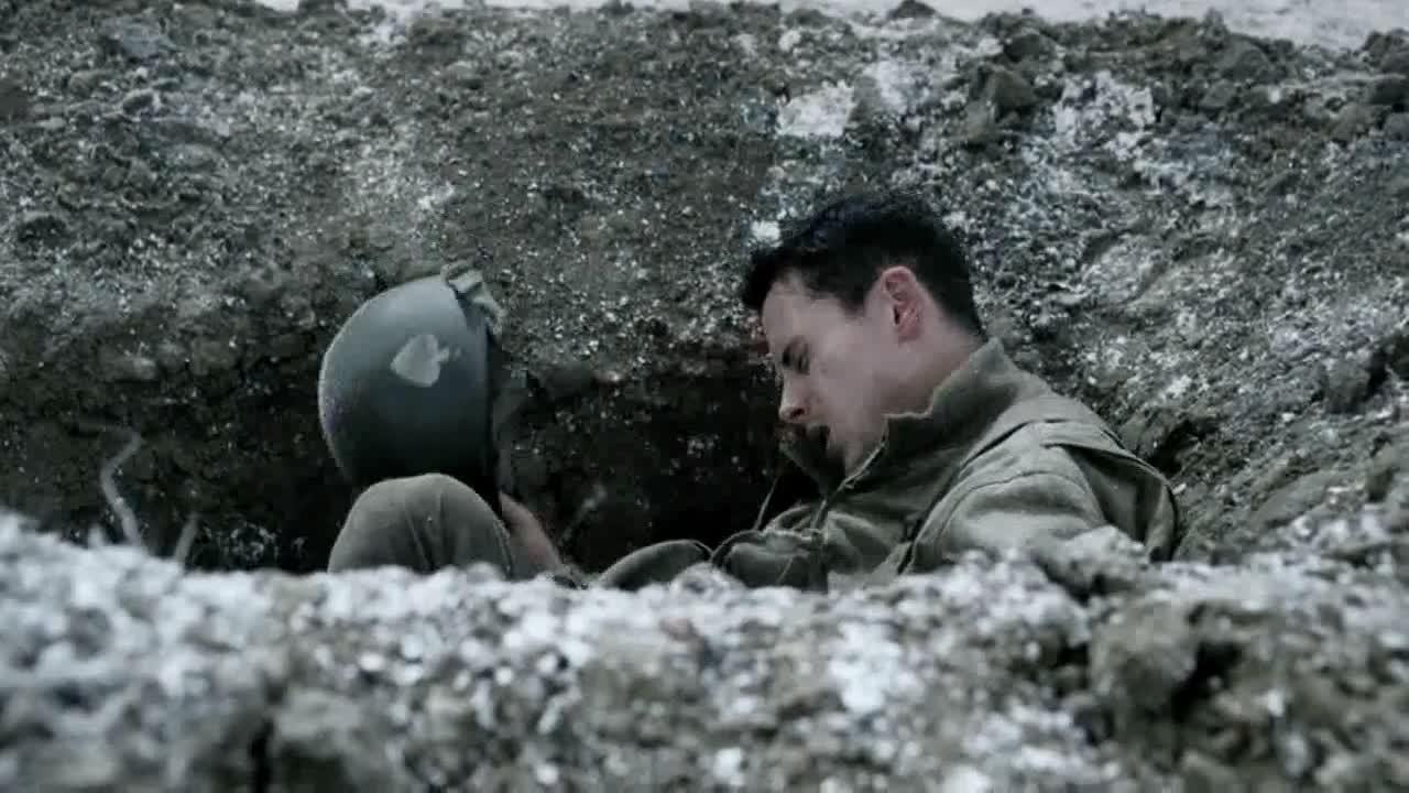 男子和伙伴聊天,发现好好想迷路了,原来掉敌人坑里了