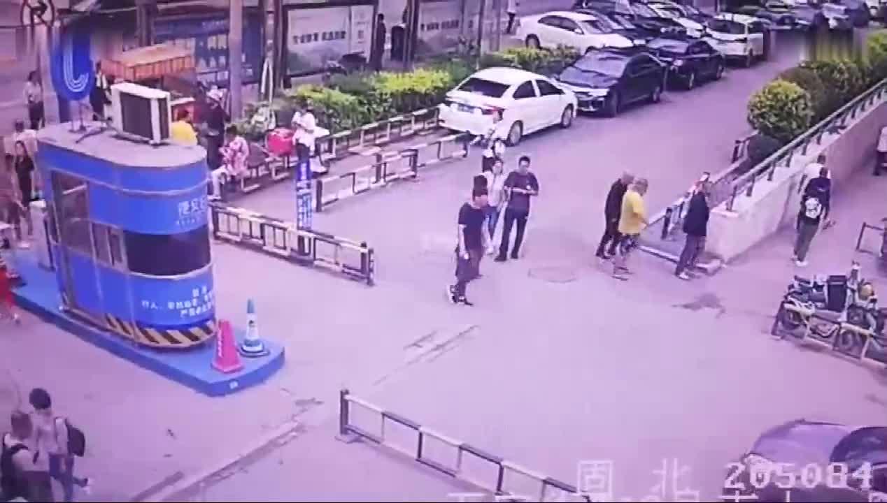 这起车祸很特别, 前车被动撞人, 监控拍下全过程!
