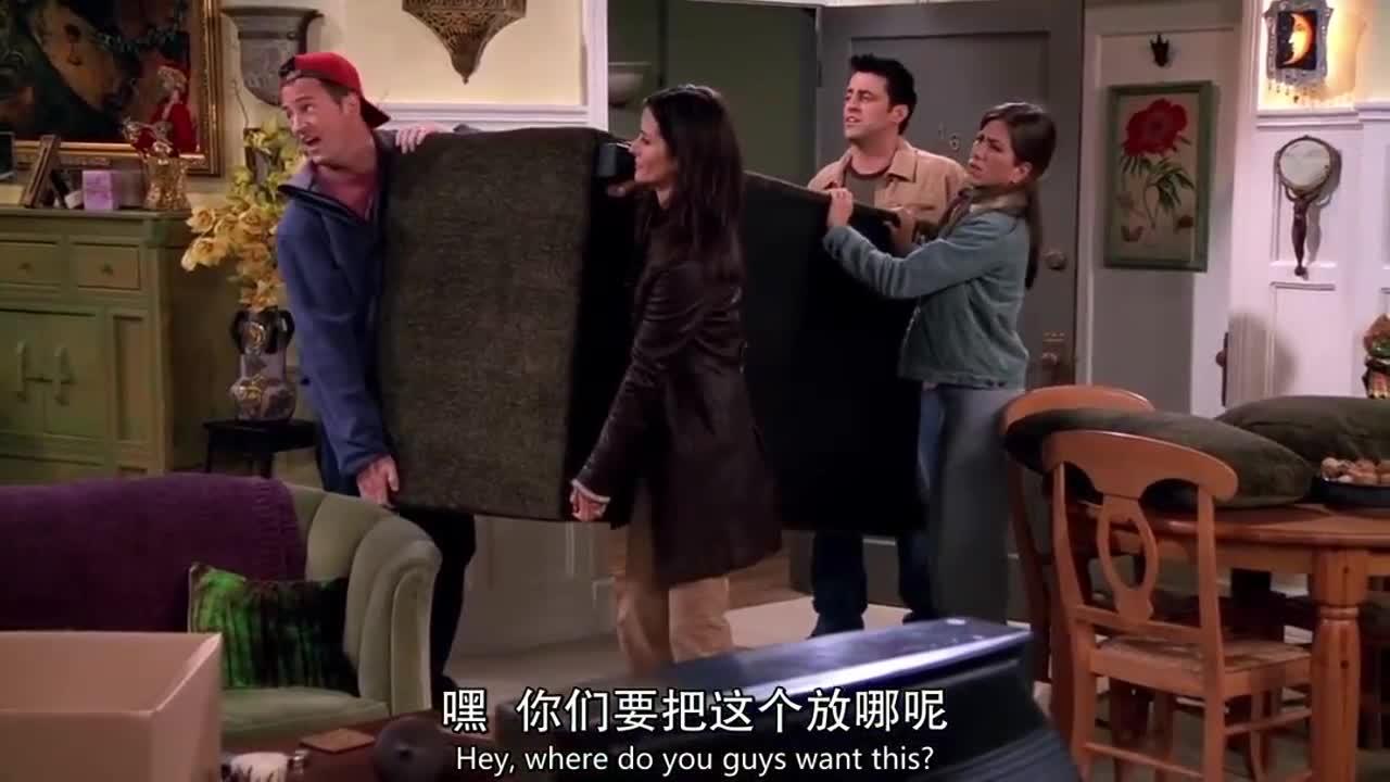众人搬着一个沙发进门,可两个主人在无视他们,众人表示无语