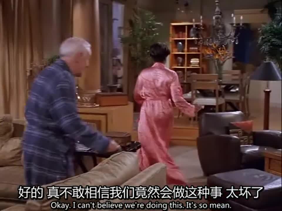 男人在门口拿到报纸,突然看到黑人妇女和老人在房间出来,很吃惊