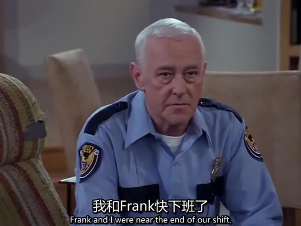 制服男人坐在沙发上聊天,一女子递给他咖啡,他十分感谢