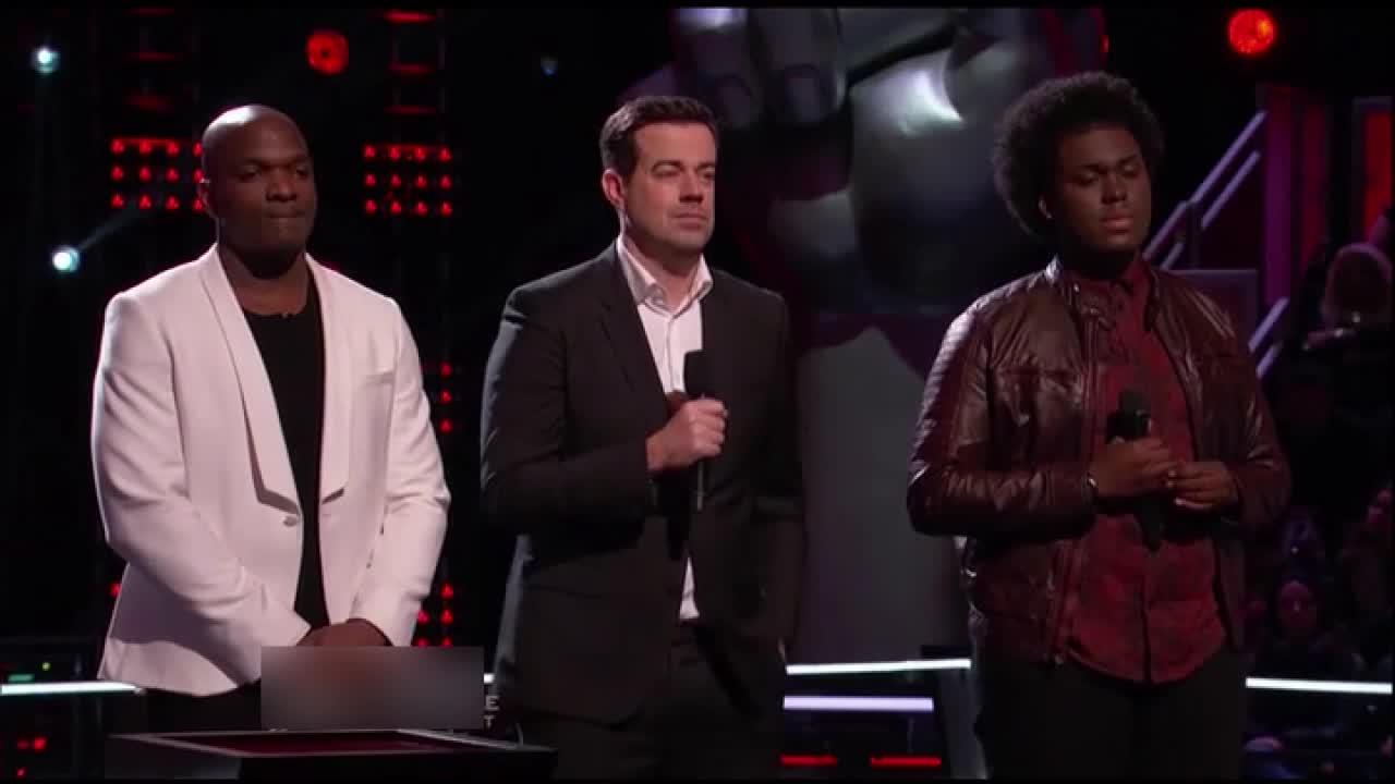 克里斯蒂娜留下了黑人小伙,他当场在台上泣不成声