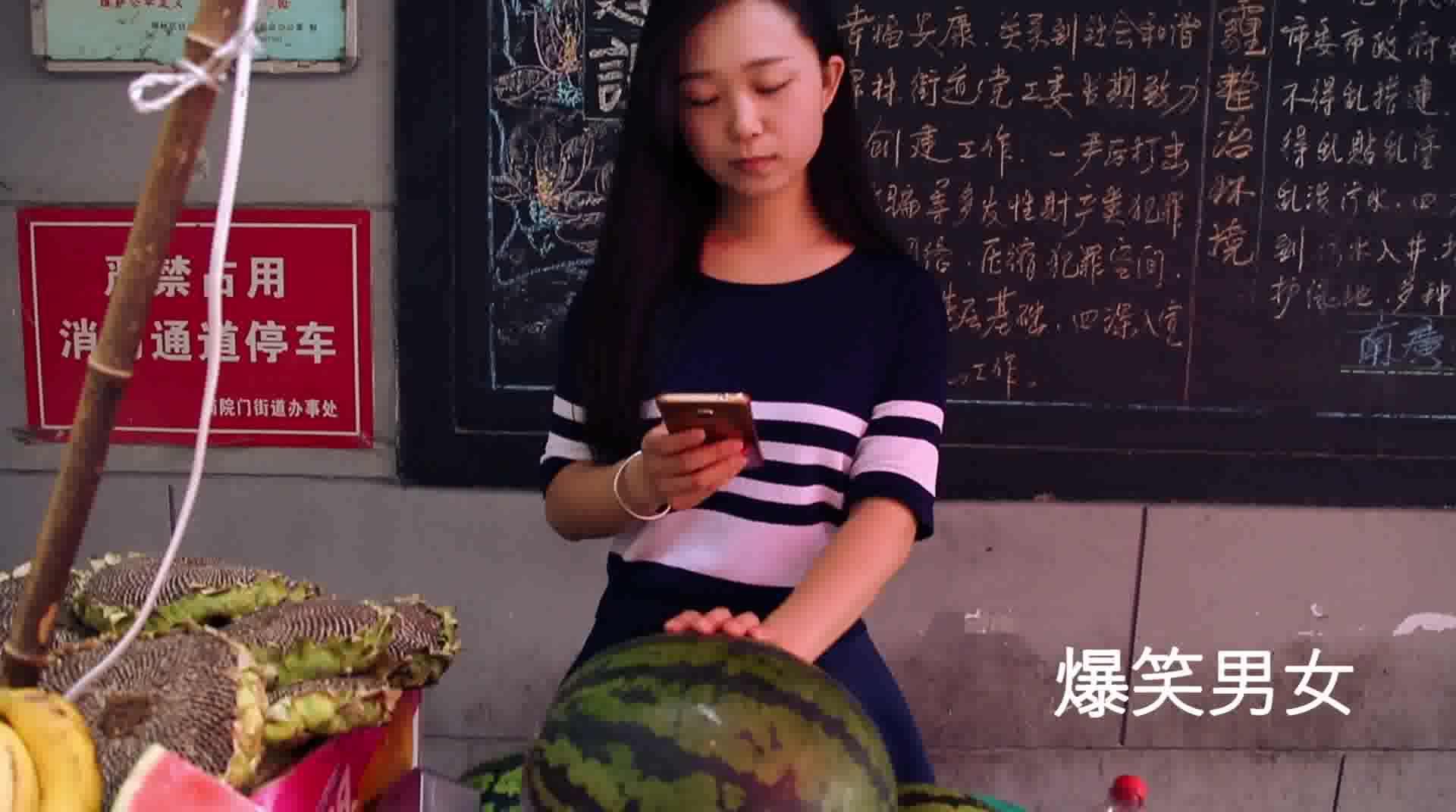 #搞笑趣事#美女竟然这样卖西瓜,笑死我了