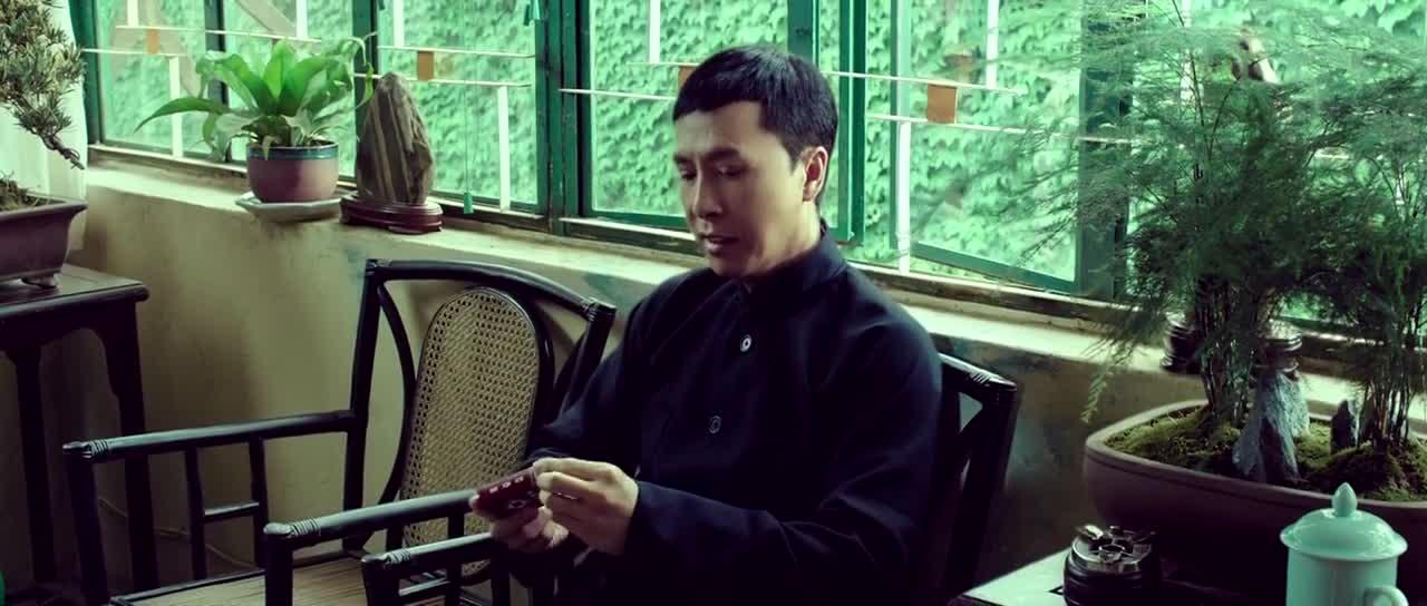 男子悠闲地抽烟,翻版李小龙怎么都打不着他,好气哦!