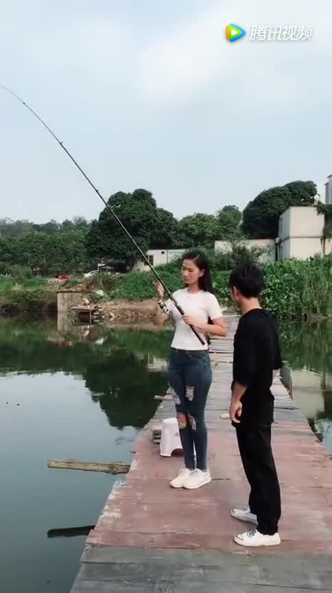 #至极#美女正在钓鱼,小伙想秀个帅气的姿势,结局尴尬至极!