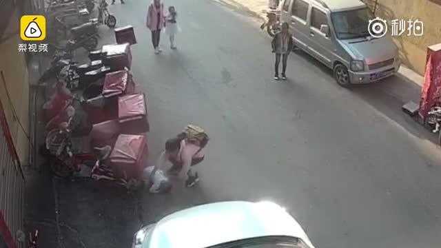 2岁幼童3楼坠落 小学生徒手追接