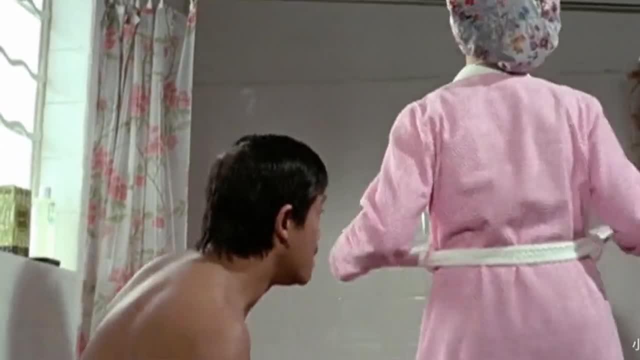 #影视#女主解开内衣洗澡装作没看到旁边的猥琐男