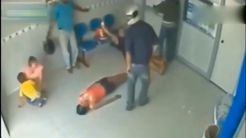 为了保住性命,她主动放弃反抗躺了下去,监控拍下全过程