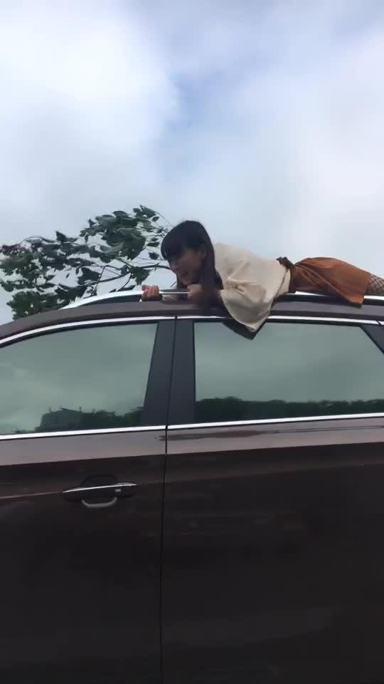 妹子为了拍视频赚钱,也够拼的,就是选错车了!