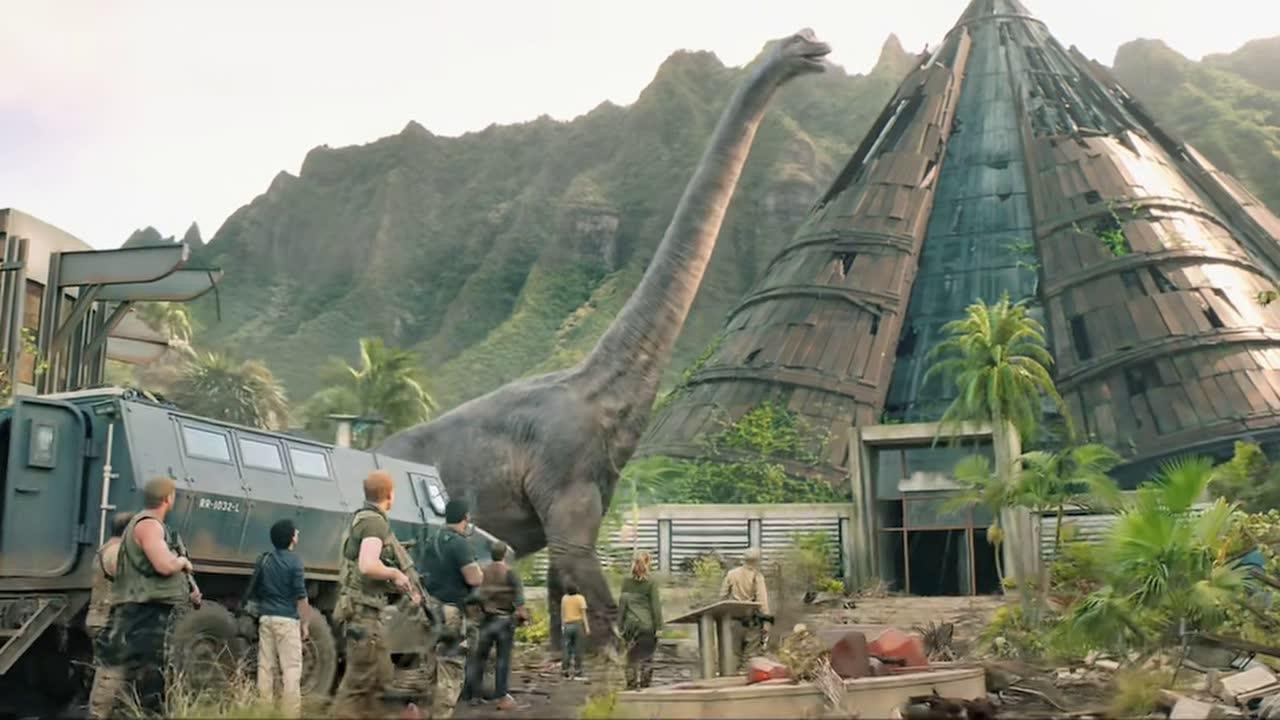 众人眼前突然经过巨大恐龙,这实在是不可思议
